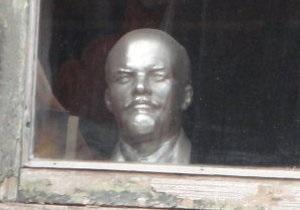 В Сумской области сбросили с постамента и обезглавили памятник Ленину