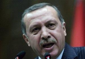 Метатели ботинок добрались до Испании: мишенью стал премьер Турции
