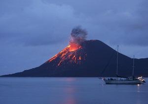Вулкан Анак-Кракатау вновь активизировался в Индонезии