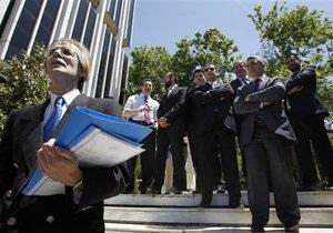 Греческие дипломаты вышли в костюмах и галстуках на демонстрацию против снижения зарплат