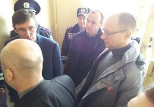 новости Харькова - Тимошенко - оппозиция -К Тимошенко приехали Луценко, Яценюк и другие оппозиционные политики
