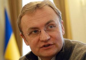 Мэр Львова возмущен трансляцией матча в фан-зоне города на русском языке