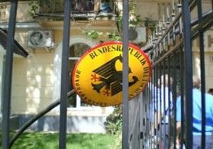 В Симферополе неизвестные сорвали флаги с консульства Германии
