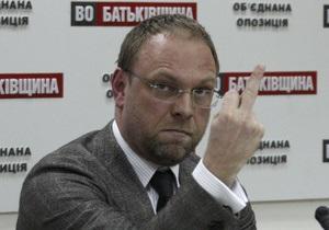 Власенко заявил, что его арестуют через три недели, и показал средний палец