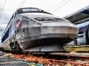Скоростной поезд проехал над заснувшим на путях французом