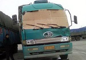 Китаец заменил выбитое лобовое стекло грузовика картоном