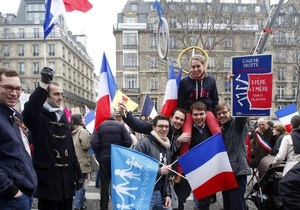 В Париже полиция разогнала газом акцию протеста против гей-браков