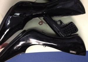 В аэропорту Нью-Йорка у пассажирки отобрали туфли с каблуками-пистолетами - странные новости - новости США