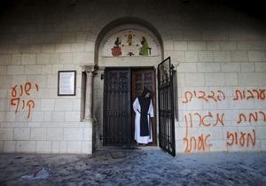 В Израиле вандалы написали на стене известного Латрунского монастыря Иисус - обезьяна