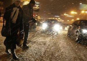 Во Владивостоке мощный снежный буран парализовал движение