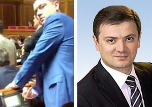 Депутат-регионал показал средний палец оппозиционеру, снимавшему на видео процесс голосования