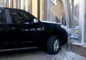 В центре Киева женщина перепутала педали и врезалась в витрину