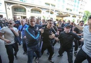 Митинг - нападение на митинге - нападение на журналистов - МВД - Партия регионов - Напавшего на журналистов во время митинга задержали и допросили