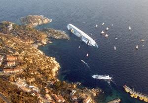 Из затонувшего лайнера Costa Concordia вытекает неизвестная жидкость