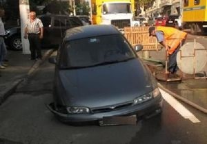 В центре Киева Mazda провалилась под землю