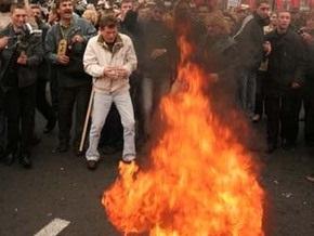 Сторонники ВО Свобода сожгли в центре Киева советский флаг