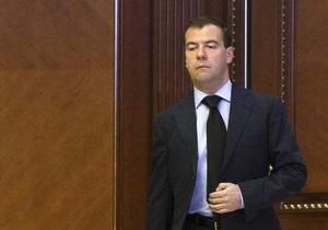 Медведев внес поправки в закон О военном положении