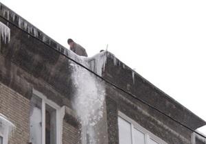 В Сумской области под весом снега рухнуло хозяйственного сооружение: погибла женщина