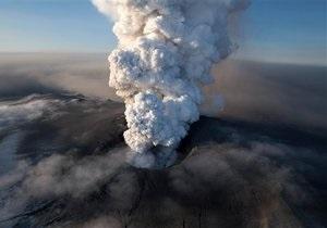 Столб вулканического пепла продолжает расти