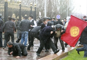 На юге Кыргызстана начались столкновения между киргизами и узбеками: есть жертвы