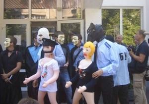 В Киеве протестующие против событий во Врадиевке подарили милиционерам резиновых кукол