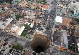 В результате провала грунта в столице Гватемалы образовалась дыра глубиной в 60 метров