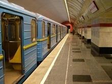 В киевском метро поймали расклейщиков незаконной рекламы