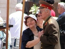 Запорожским ветеранам подарили танцплощадку