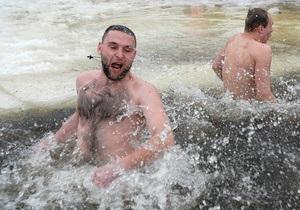 Фотогалерея: Купайтесь на здоровье. Украинцы отпраздновали Крещение