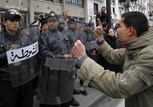 В Тунисе убит лидер светской оппозиции. Тысячи людей протестуют против правительства исламистов