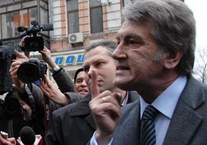 Инцидент у Генпрокуратуры: Ющенко вступил в перепалку с оскорбившим его человеком