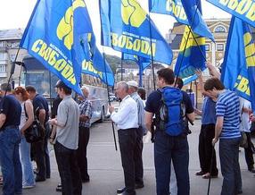 Беркут заблокировал шествие Свободы по Крещатику и защитил  террориста Ленина