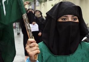 В Париже арестовали около 50 мусульманских активистов, в том числе женщин в никабах