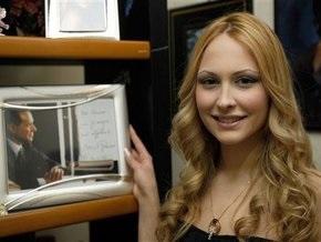 Берлускони требует запретить публикацию его фотографий в компании несовершеннолетней модели