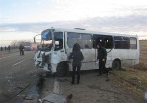 На трассе Киев - Одесса столкнулись легковой автомобиль, грузовик и маршрутка: есть погибшие