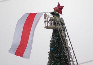 Оппозиционера, вывесившего альтернативный флаг Беларуси на главной елке страны, кормят принудительно