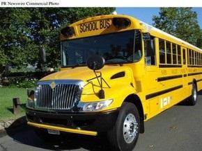 В Австралии легковой автомобиль протаранил школьный автобус