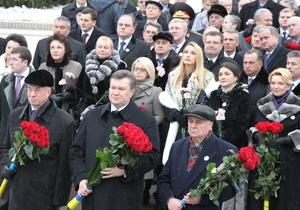 Янукович, Азаров и члены Кабмина возложили цветы к памятникам Шевченко и Грушевского
