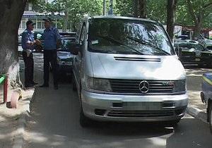 В Одессе водитель микроавтобуса, пытаясь уйти от погони, протаранил два автомобиля ГАИ