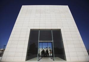 В Палестине приступили к вскрытию мавзолея Арафата