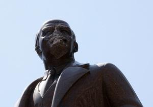 У памятника Ленину в Борисполе отбили нос