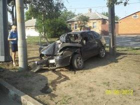 В Харькове автомобиль врезался в электроопору, один человек погиб и шесть травмированы