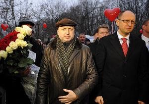 Яценюк и Турчинов пришли к Тимошенко с букетом, Кличко прислал письмо, Тягнибок не поздравил