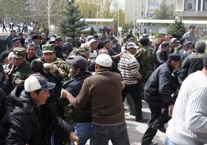В Бишкеке горит здание Генпрокуратуры. Парламент призывает граждан к благоразумию
