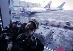 В московском аэропорту Домодедово толпа прорвала заграждение у зоны паспортного контроля