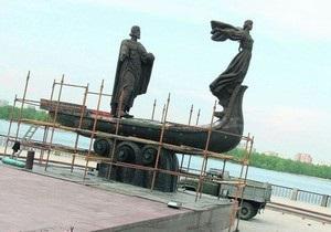 В Киеве установили вторую отремонтированную фигуру памятника основателям города
