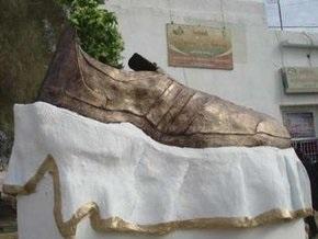 Иракские власти демонтировали памятник брошенному в Буша ботинку