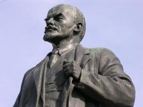 В Полтавской области юноша разрисовал памятник Ленину