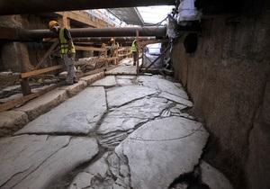 В Греции строители метро наткнулись на участок древней дороги