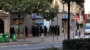 Париж - Захвативший заложников в банке Парижа вооруженный мужчина сдался полиции